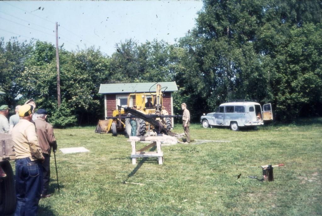 Vad händer här? Jo det är dags att någon gång 1972 sätta upp Ekegårdens gårdskors.