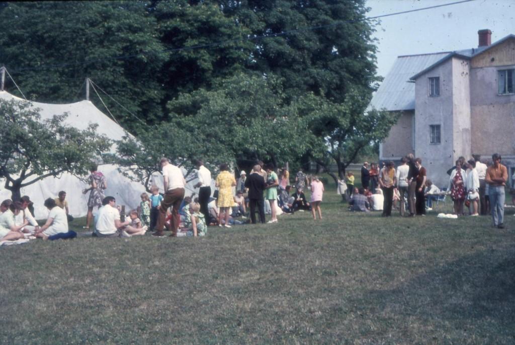 Här är baksidan på huvudbyggnaden omkring 1969/70. Platsen där nuvarande kyrka/restaurang fanns användes som tältplats.