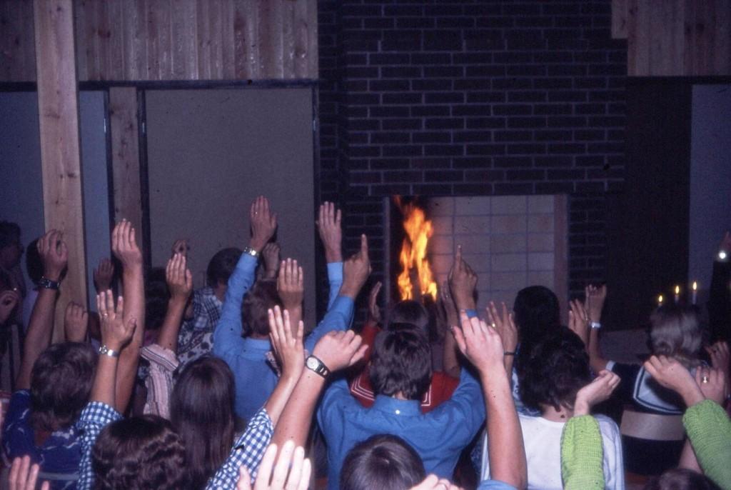 Våren 1971. Det premiär-eldas i öppna spisen och nävarna i vädret. Fortfarande en del att göra på inredningen.