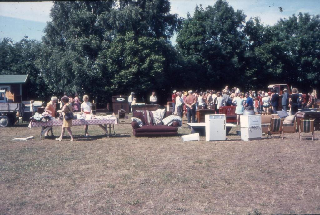 Sedan, under auktionsdagar blev det förstås folkfest på Gården, när allt skulle under klubban. Auktioner har vi inga längre, men väl en bakluckeloppis i början av juli.