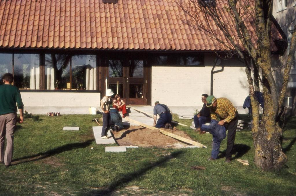 Lite fix utomhus återstår. Här plattläggning som nu efter nära 45 år behöver uppdatering.