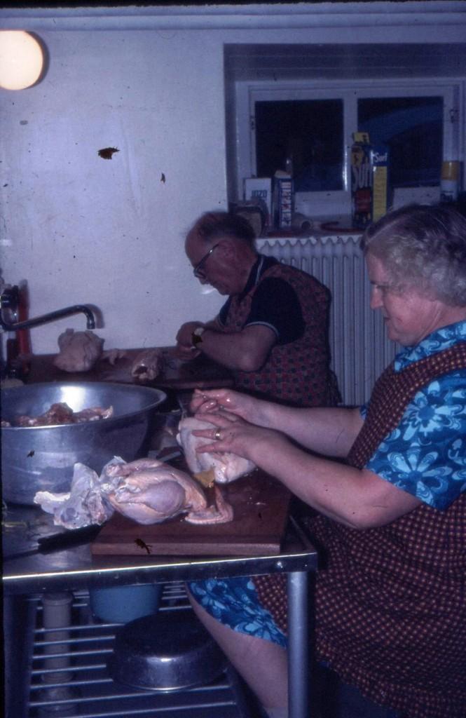 Husfar Henning, och Husmor Aina bereder mat i källaren. Kikki som jobbar i Ekegårdens kök började sommarjobba här som trettonåring redan sommaren 1977. Många och roliga är historierna om detta par som bodde här om somrarna.