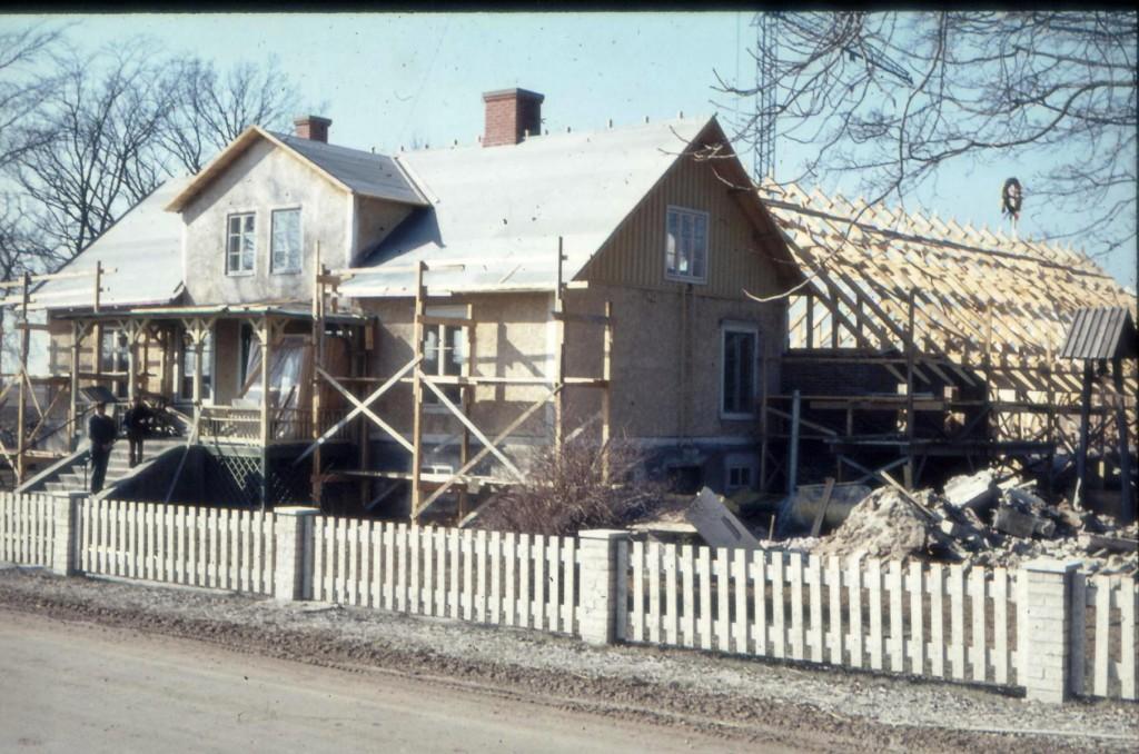 Tidig vår 1972. Hela framsidan på huvudbyggnaden fick sig också en rejäl renovering. Nytt tak blev det också. I bakgrunden skymtar skelettet på Ekegårdens matsal/restaurang.