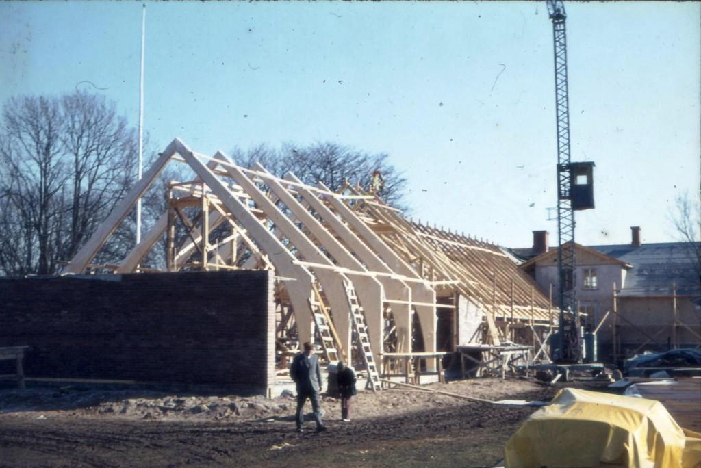 Här börjar det hända saker. Kyrkan börjar ta form. Hantverket går inte att klaga på. Än i dag är alla byggnationer som gjordes för nästan 45 år sedan i kanonskick.