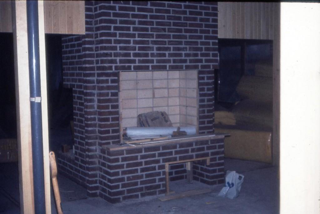 För er som suttit framför öppna spisen i matsalen så är här en bild när den är helt nymurad. Den är still going strong, men det eldfasta kaklet är något svartare efter 45 år av mys-eldande.