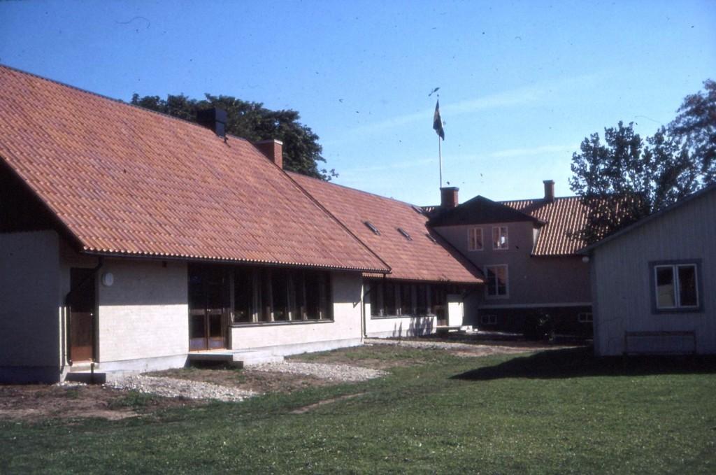 Klappat och klart. Den skymmande byggnaden mitt emot är Gräslöken. Den ska bara flyttas rakt över gården där den står kvar än idag.